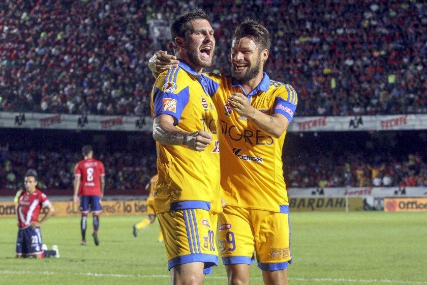Andre-Pierre Gigna (i), de Tigres, celebra su gol sobre Veracruz con su compañero Rafael Sobis en el Estadio Luis 'Pirata' Fuente de Veracruz.