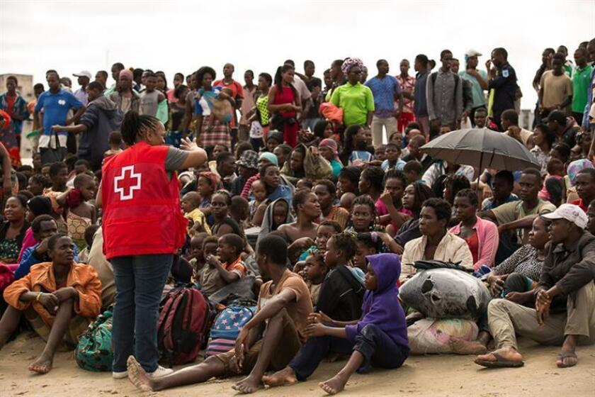 Fotografía facilitada el viernes 22 de marzo de 2019 por la Federación Internacional de Sociedades de la Cruz Roja y de la Media Luna Roja que muestra la llegada de supervivientes del ciclón Idai a un centro de evacuación en Beira, Mozambique. EFE/SOLO USO EDITORIAL