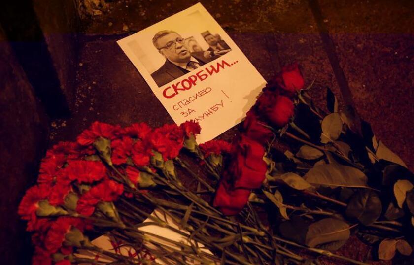 Vista de varias rosas al lado de una fotografía del embajador de Rusia en Turquía, Andrei Karlov, hoy, lunes 19 de diciembre de 2016, a las afueras del ministerio de Relaciones Exteriores de Rusia, en Moscú (Rusia). El embajador de Rusia en Turquía, Andrei Karlov, fue asesinado hoy durante una exposición de arte en Ankara, capital de Turquía, después de que un hombre irrumpiera en la ceremonia y disparara en repetidas ocasiones contra el diplomático. EFE