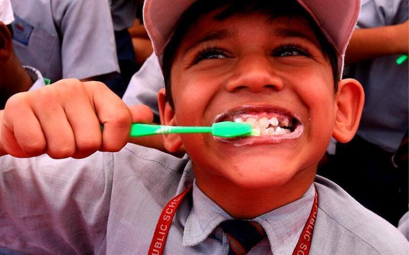 Nueve de cada 10 niños de educación básica en México tienen caries, un padecimiento que es 100 % prevenible por lo que una Fundación lanzó hoy una campaña que busca fomentar el cepillado diario. EFE/ARCHIVO