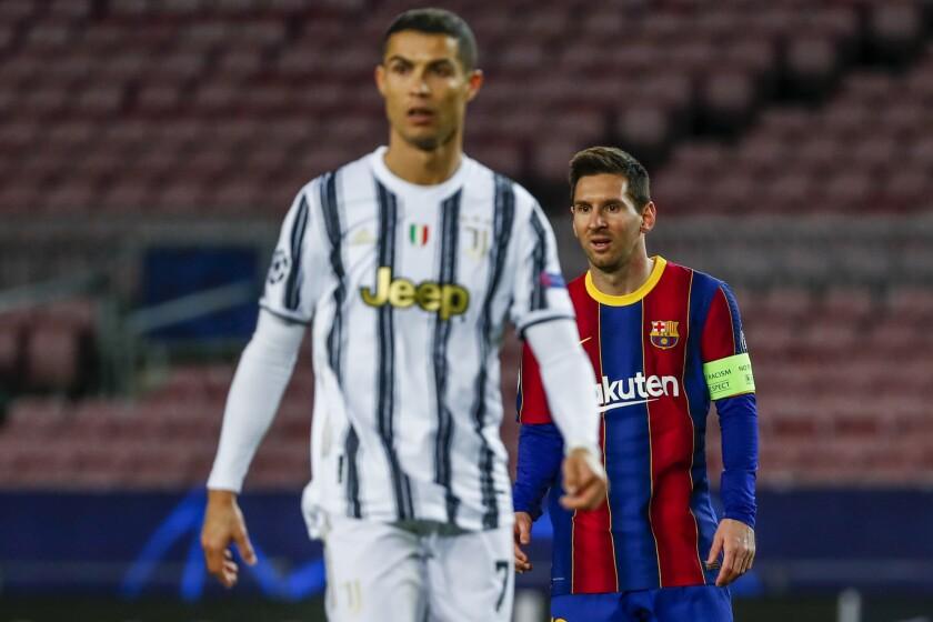 ARCHIVO - En esta foto del 8 de diciembre de 2020, Lionel Messi del Barcelona y Cristiano Ronaldo