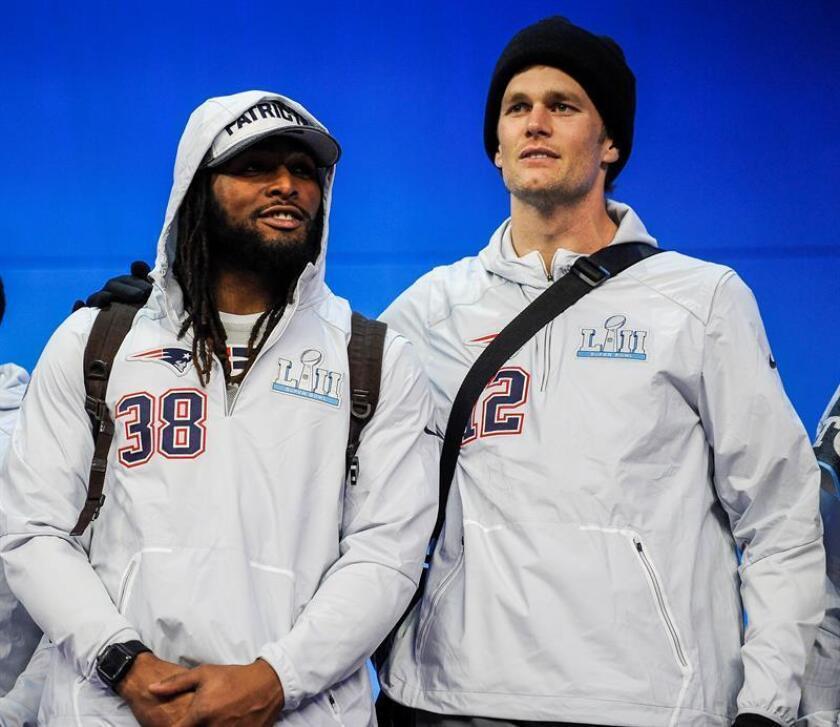 El jugador Tom Brady (d) de New England Patriots conversa con su compañero Brandon Bolden (i) hoy, lunes 29 de enero de 2018, durante la Noche de Lanzamiento del Super Bowl LII, en el Xcel Energy Center, en Saint Paul, Minnesota (Estados Unidos). EFE