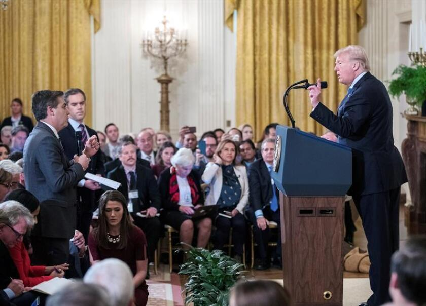 President Donald Trump (r) exchanges words with CNN reporter Jim Acosta (l) at a White House press conference on Nov. 7, 2018, a situation that led the White House to temporarily revoke Acosta's press pass. EFE-EPA/ Erik S. Lesser