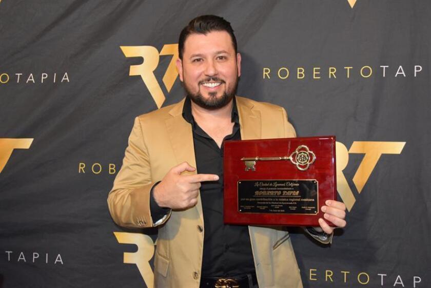 El cantautor de música regional mexicana, Roberto Tapia, posa con la llave de la ciudad de Lynwood, al final de una ceremonia celebrada hoy, jueves 7 de junio de 2018, en el centro comercial Plaza México en Lynwood, California. EFE