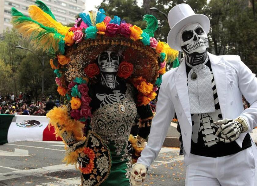 """Participantes en el tradicional desfile del """"Día de Muertos"""" hoy, sábado 27 de octubre de 2018, en Ciudad de México (México). La capital mexicana inició hoy su conmemoración por el Día de Muertos con un multitudinario desfile y una ofrenda en el zócalo capitalino que recordará a los migrantes que en su tránsito han perdido la vida. EFE/Mario Guzmán"""