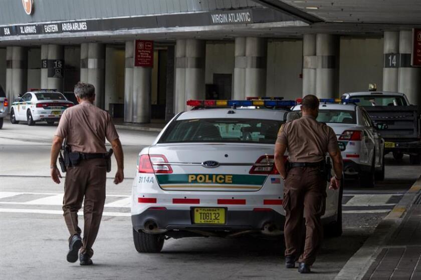 Policía detiene a un hombre que accedió a la pista del aeropuerto de Miami