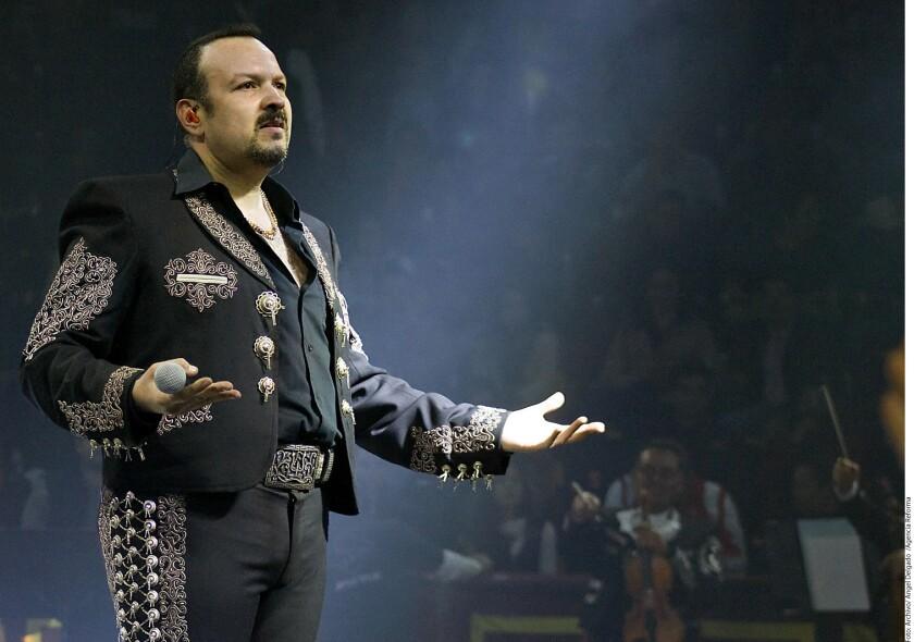 El charro zacatecano Pepe Aguilar sacó su lado político en el concierto que ofreció en el Auditorio Pabellón M de Monterrey.