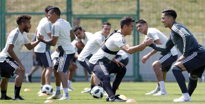 Jugadores selección mexicana durante un entrenamiento de la tricolor en su lugar de concentración a las afueras de Moscú, de cara al próximo encuentro que les enfrentará Brasil en los octavos de final del Mundial de Rusia 2018. EFE