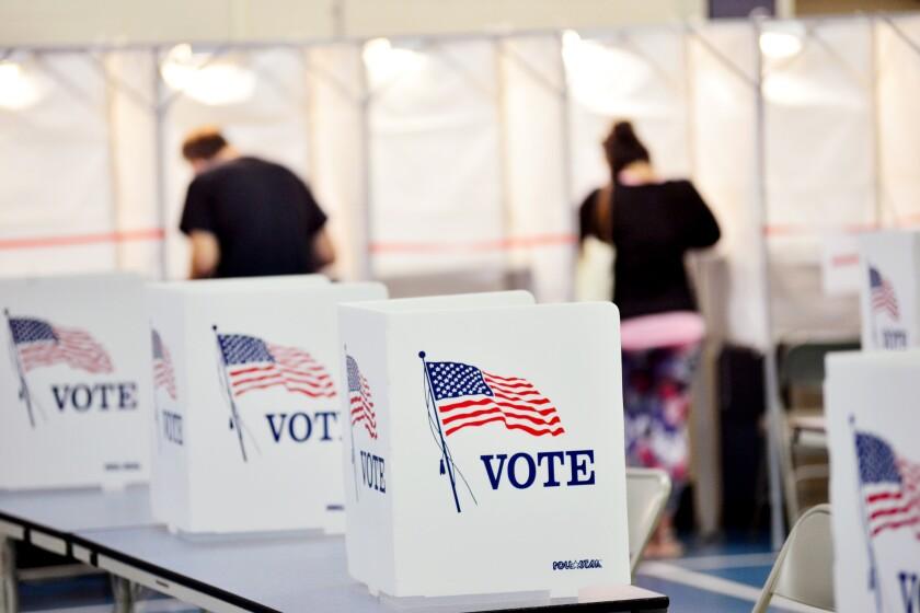 En esta fotografía del 8 de septiembre de 2020 se muestran urnas en Chesterfield, Nueva Hampshire.