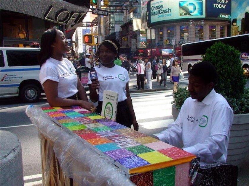 En la imagen, un voluntario de la organización benéfica Sing for Hope toca uno de los sesenta pianos que fueron instalados en 2010 en Nueva York. EFE/Archivo