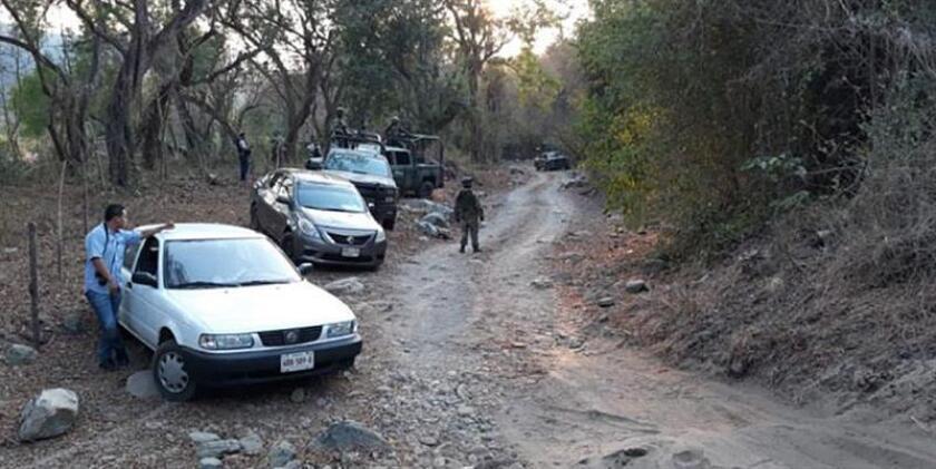 Vista general del sitio donde diez presuntos criminales y seis policías estatales fallecieron en enfrentamientos en el municipio de Zihuatanejo de Azueta, en el estado de Guerrero (México), informaron hoy, miércoles 18 de abril de 2018, fuentes oficiales. EFE/STR/MEJOR CALIDAD DISPONIBLE