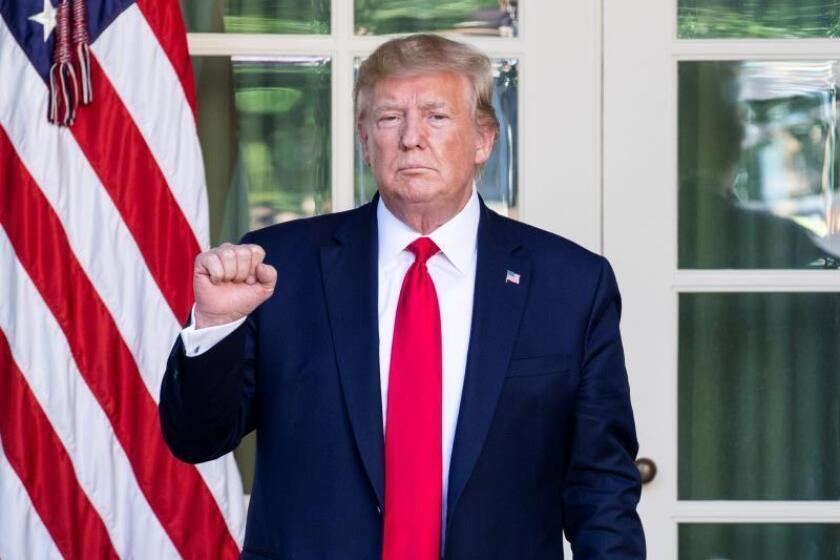 Trump exhibe un mapa manipulado de la trayectoria del huracán Dorian