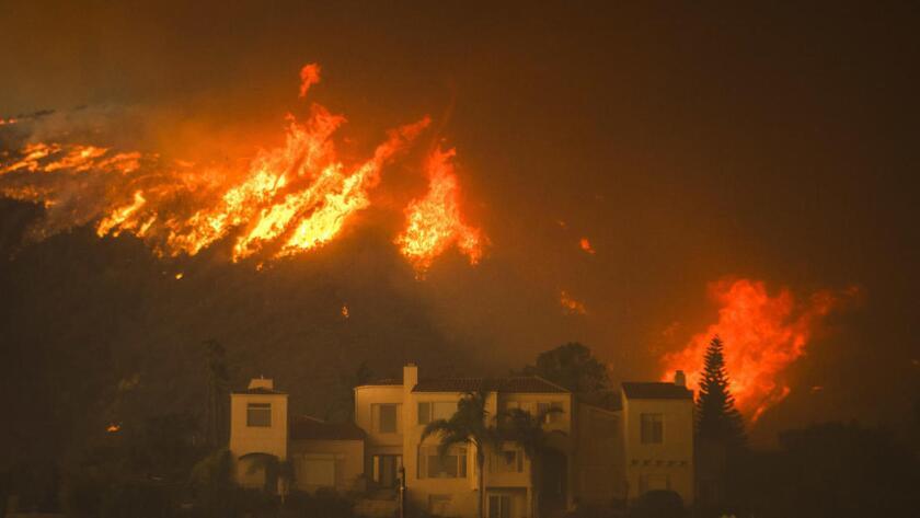El inendio Woolsey Fire arrasa la parte superior de Las Trancas Canyon Road, en Malibu, California.