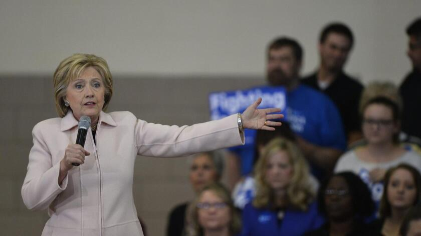 En un encuentro televisado con votantes en Derry (New Hampshire), Hillary Clinton respondió a Bernie Sanders, quien minutos antes en el mismo evento había mencionado que la ex Primera Dama no había demostrado fuertes convicciones progresistas a lo largo de su trayectoria política.