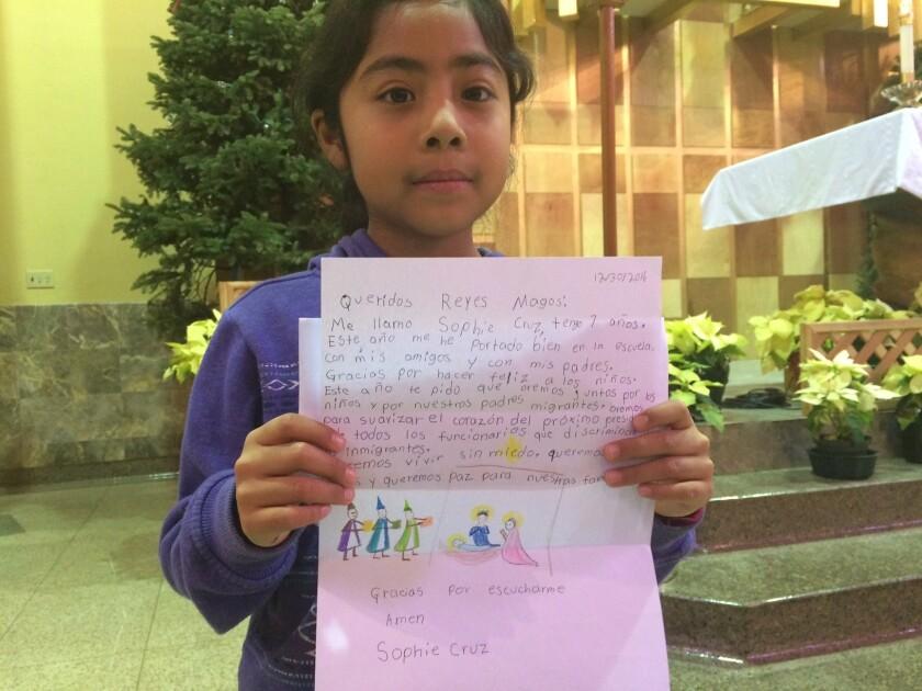 La menor, hija de inmigrantes mexicanas, muestra su carta en la que aboga por los inmigrantes.