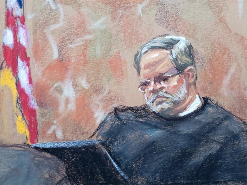 """Reproducción fotográfica de un dibujo realizado por la artista Jane Rosenberg donde aparece el juez Brian Cogan durante la continuación del juicio por narcotráfico contra Joaquín """"El Chapo"""" Guzmán en el tribunal del Distrito Sur en Brooklyn, Nueva York (EE.UU.). EFE/Archivo"""