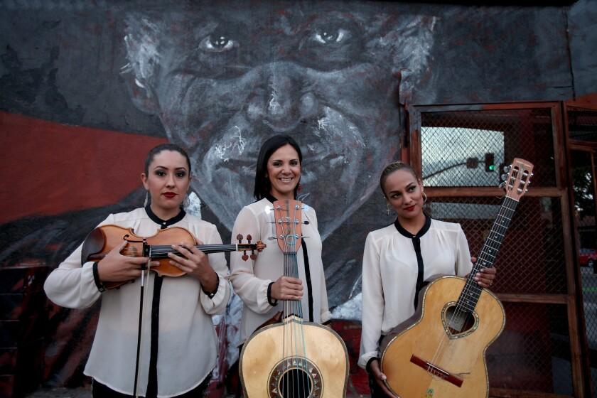 De izq. a der., Suemy González, Nelly Cortez y Stephanie Amaro, integrantes del Trío Ellas, que se presenta durante estas fechas en varios festivales por el Día de los Muertos.