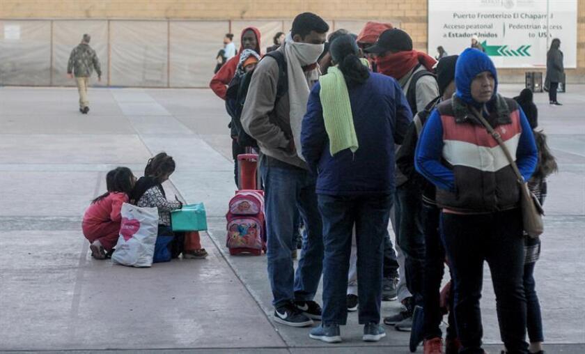 Migrantes de diversas nacionalidades esperan en la plaza cívica de Tijuana (México), este 4 de febrero de 2019, para poder ingresar a las oficinas de migración de Estados Unidos, en el paso fronterizo de El Chaparral. EFE