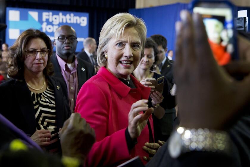 La precandidata presidencial demócrata Hillary Clinton saluda a la multitud después de pronunciar un discurso durante una reunión abierta en la escuela elemental Denmark Olar en Denmark, South Carolina, el viernes 12 de febrero de 2016. (AP Foto/Jacquelyn Martin)
