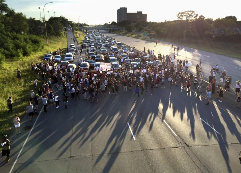 Fotografía de archivo del 9 de julio de 2016 de decenas de manifestantes bloqueando parte de la autopista interestatal 94 en St. Paul, Minnesota, durante una protesta por la muerte de hombres negros a manos de la policía en Minnesota y Louisiana. (Glen Stubbe/Star Tribune vía AP, Archivo)