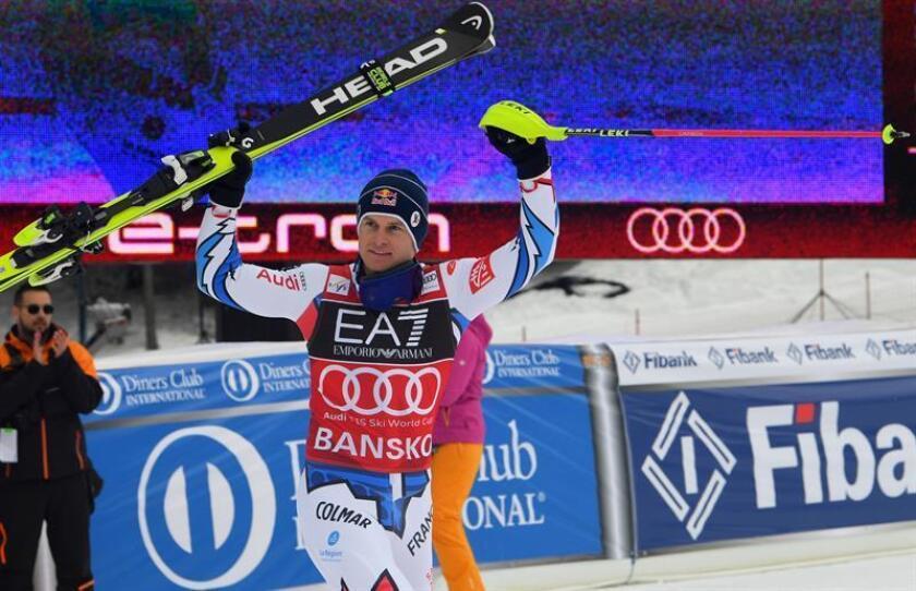 El esquiador galo Alexis Pinturault celebra en la zona de llegadas tras competir en la prueba de eslalon de la combinada de esquí alpino, válida para la Copa del Mundo, disputada este viernes en Bansko (Bulgaria). EFE