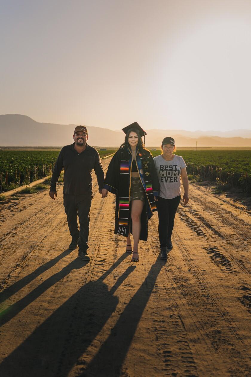 Jennifer Rocha y sus padres José Juan y Angélica María Rocha celebran su graduación con una sesión de fotos
