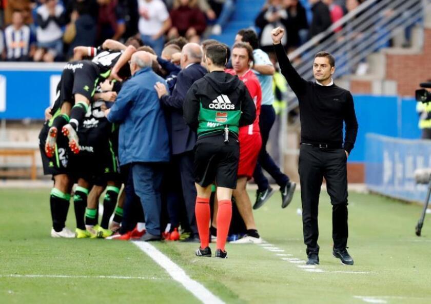 Los jugadores del Huesca y el entrenador, Francisco Rodríguez (d), celebran un gol durante un partido. EFE/Archivo