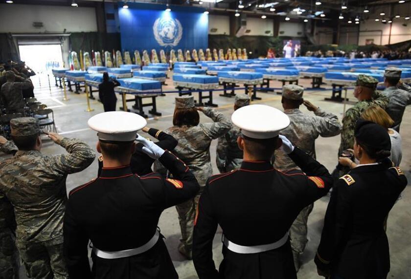 Soldados estadounidenses ofrecen un saludo militar a los ataúdes que contienen los restos de los 55 soldados estadounidenses caídos en la Guerra de Corea y devueltos por Corea del Norte en el marco actual de deshielo, en una ceremonia para su repatriación, en la base aérea de Osan, en Pyeongtaek, Corea del Sur. EFE