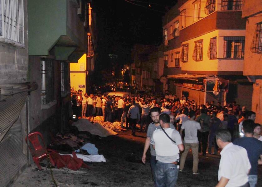 Personas se reúnen luego de una explosión en Gaziantep, en el sureste de Turquía, el domingo 21 de agosto de 2016. El gobernador de la provincia de Gaziantep, Ali Yerlikaya, dijo que el estallido ocurrido en una boda cerca de la frontera con Siria fue un acto terrorista. (Eyyup Burun/DHA vía AP)