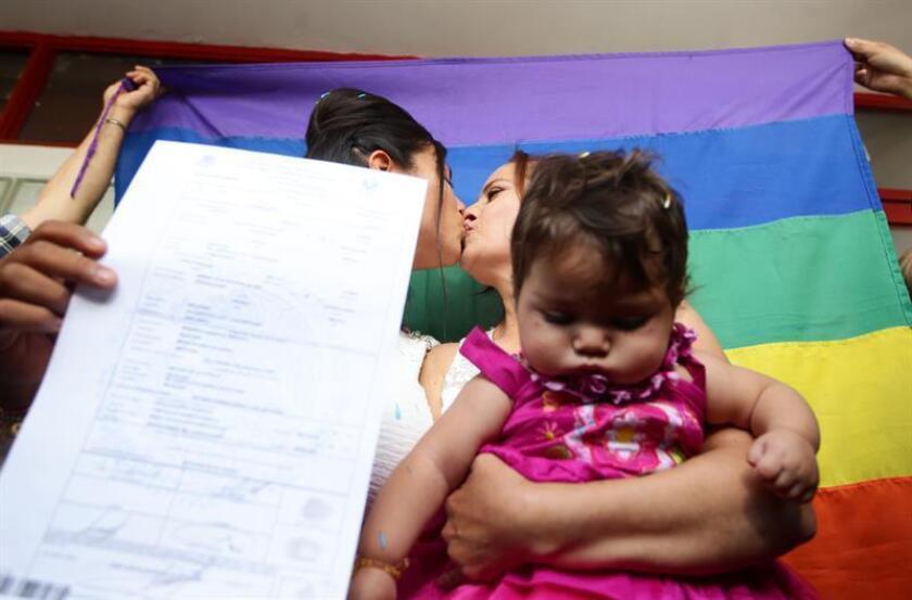 Fotografía de Martha Sandoval (d) y Zaira de la O tras haber contraído legalmente matrimonio en Jalisco (México). EFE/Archivo