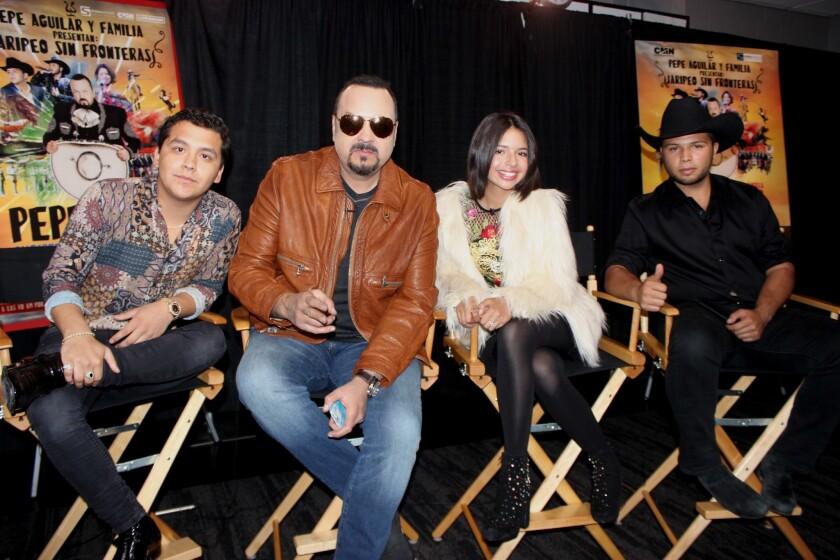 """De izq. a der., Christian Nodal, Pepe Aguilar, Angela Aguilar y Leonardo Aguilar, quienes participan en la gira """"Jaripeo sin fronteras""""."""