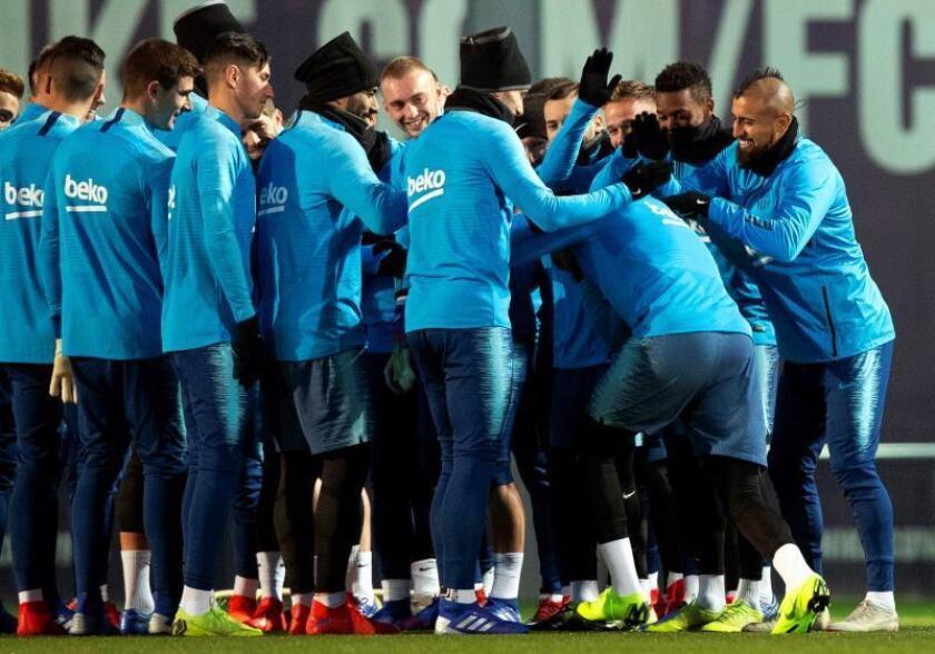 Los jugadores del F.C. Barcelona hacen el pasillo de bienvenida al centrocampista alemán Kevin Prince Boateng durante el entrenamiento del equipo en la Ciudad Deportiva Joan Gamper previo al partido de ida de los cuartos de final de la Copa del Rey que enfrenta al F.C. Barcelona y Sevilla C.F. EFE