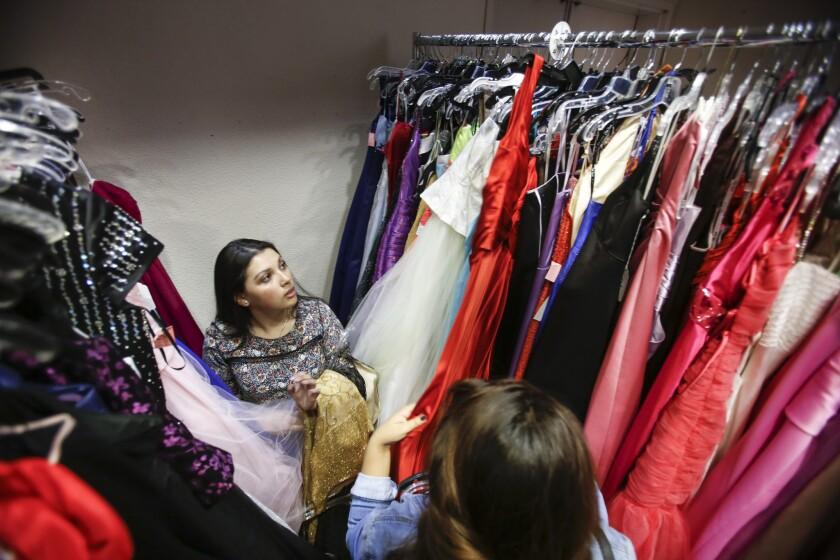 Reciben Vestidos Donados Para Regalar A Jóvenes De