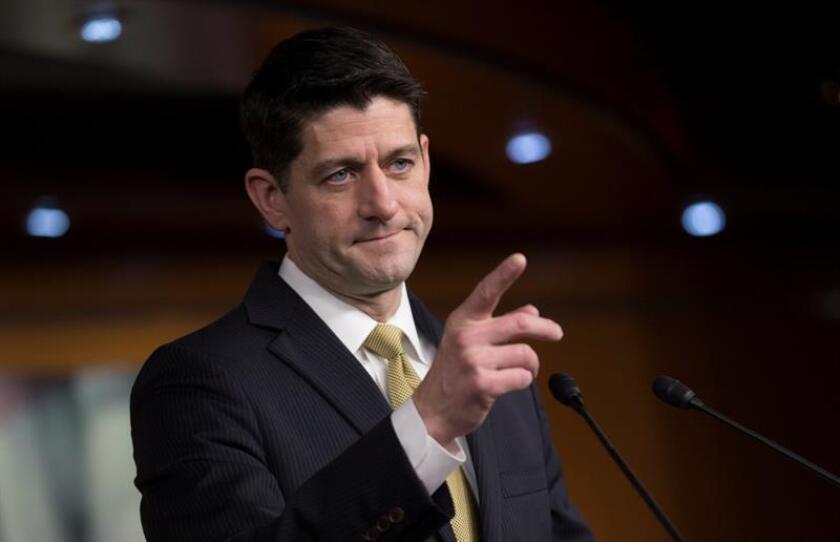 El presidente de la Cámara de Representantes de EE.UU., Paul Ryan, responde a las preguntas de la prensa sobre las negociaciones en el Capitolio, en Washington DC (Estados Unidos) hoy 18 de enero de 2018. EFE