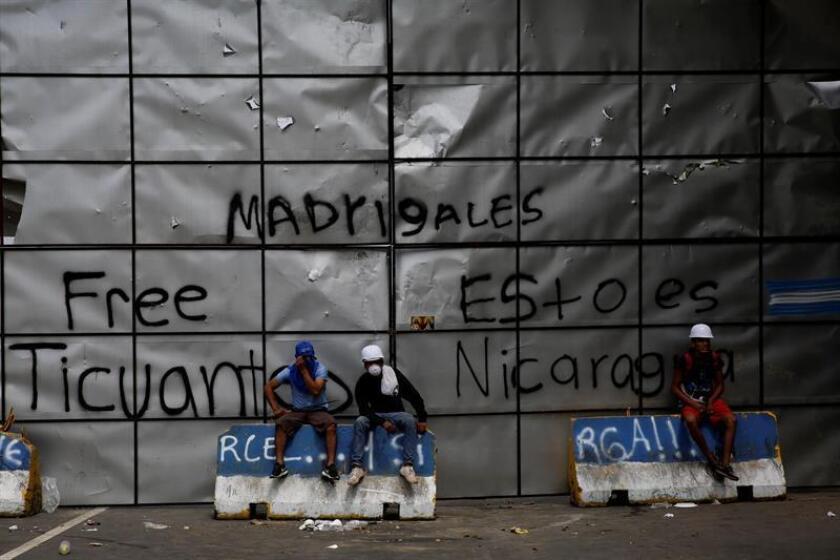 Manifestantes participan en el bloqueo de una vía ayer, miércoles 6 de junio de 2018, en una de las carreteras de acceso a Masaya (Nicaragua). EFE