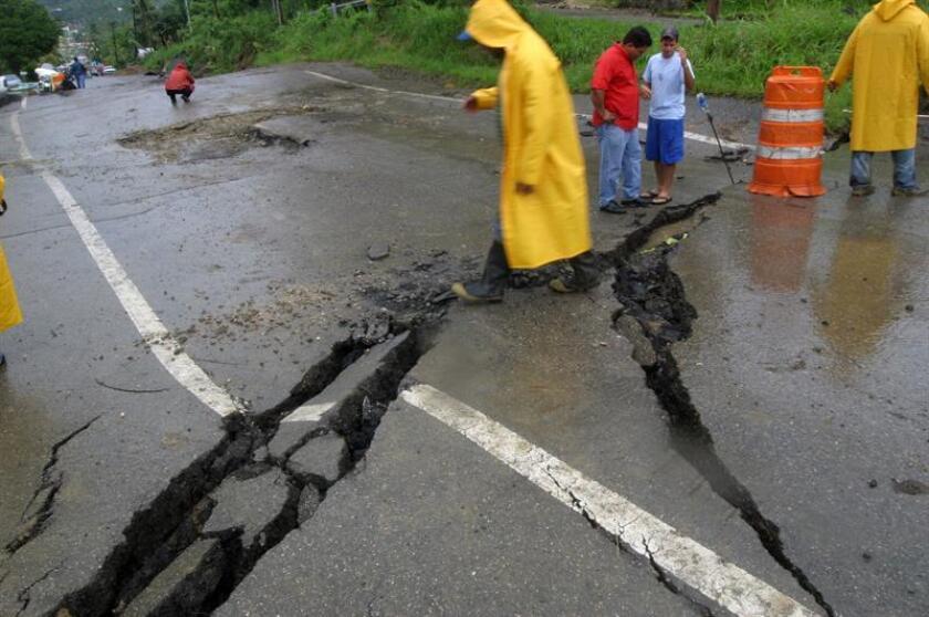 Aspecto de la carretera afectada por los desprendimientos de tierra ocasionados por las fuertes lluvias en Puerto Rico. EFE/ARCHIVO