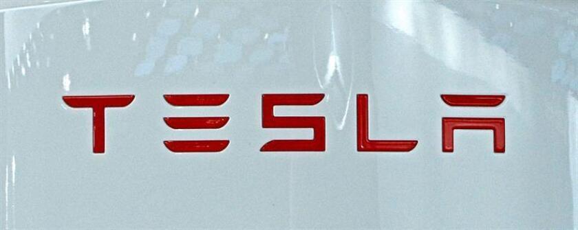 """El fabricante de automóviles eléctricos de lujo Tesla informó hoy que fabricó 83.922 vehículos en 2016, un 64 % más que en 2015, a pesar de que reconoció """"problemas de producción"""" en el último trimestre del año debido a la incorporación del nuevo hardware Autopilot. EFE/EPA/ARCHIVO"""