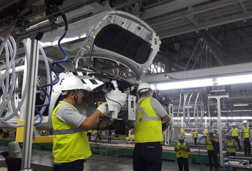Trabajadores participan en una evaluación de la línea de ensamblaje en la reciente planta de la surcoreana Kia Motors en Pesquería, Nuevo León (México). EFE/ARCHIVO/PROHIBIDO SU USO EN COREA DEL SUR
