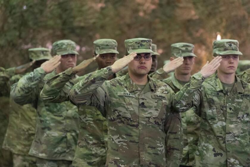 Soldados estadounidenses asisten a una ceremonia de cambio de guardia bajo el comando de Estados Unidos en el centro de las Fuerzas Estadounidenses de Tierra en Europa, en Poznan (Polonia), el 28 de febrero de 2018. EFE/SOLO USO EDITORIAL