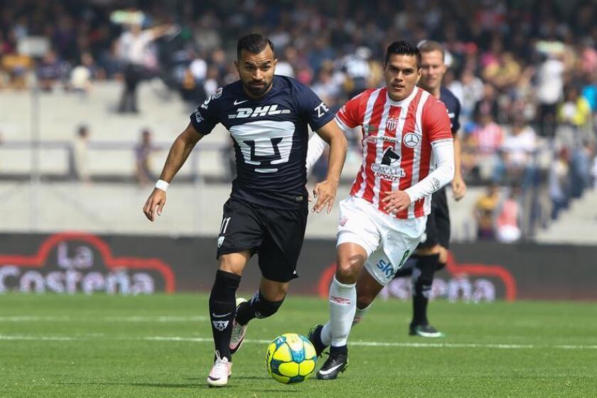 Imagen de archivo del centrocampista chileno Bryan Rabelo (i). EFE/Archivo