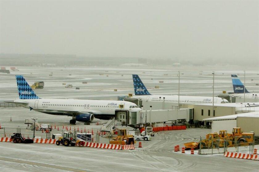 Fotografía de archivo de tres aviones de JetBlue. EFE/Archivo