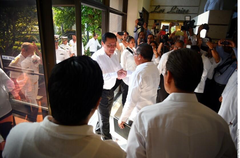 """El secretario mexicano de Gobernación, Miguel Ángel Osorio, declaró hoy que la inseguridad que afecta al estado oriental de Veracruz """"debe revertirse de manera inmediata"""", al anunciar acciones específicas a corto plazo en la entidad."""