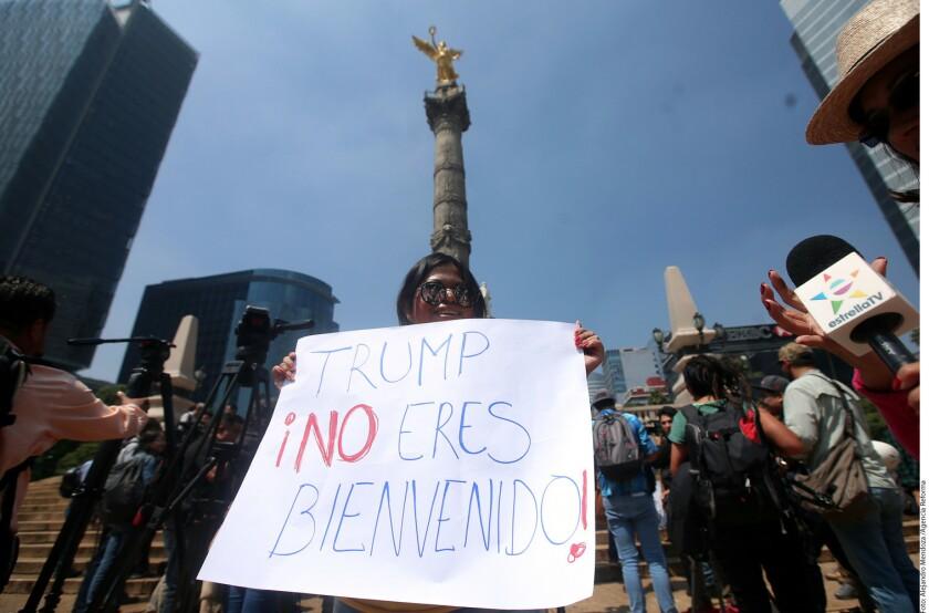 Un grupo de manifestantes†protesta en el ¡ngel de la Independencia contra la visita del candidato republicano, Donald Trump, a territorio nacional.