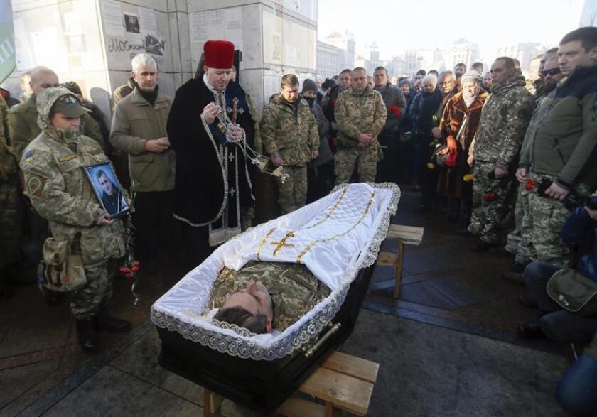 """El Gobierno pidió hoy que el alto el fuego acordado para el este de Ucrania durante las vacaciones de Navidad marque el inicio de un periodo sin violencia que permita alcanzar la paz. En la imagen, soldados del batallón """"Kíevskaya Rus"""" asisten al funeral de su camarada, Volodymyr Andreshkiv, asesinado durante enfrentamientos al este del país, en la plaza de la Independencia en Kiev, Ucrania. EFE/ARCHIVO"""