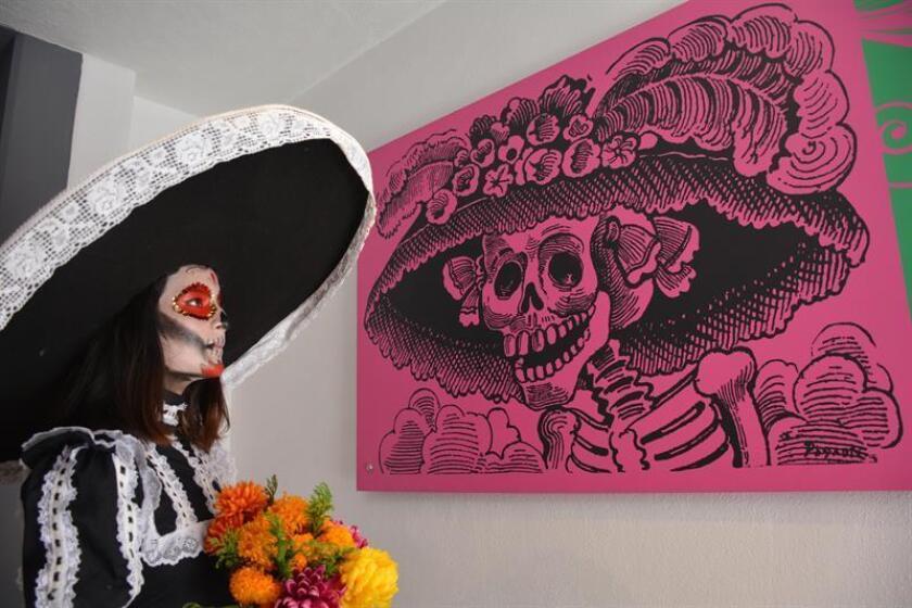 Una mujer observa la imagen de una Catrina, en el Museo José Guadalupe Posada, en la Ciudad de Aguascalientes (México). EFE