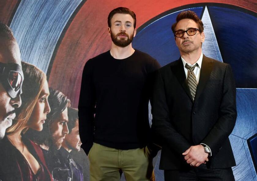 Los actores estadounidenses Chris Evans (i) y Robert Downey Jr. (d). EFE/Archivo