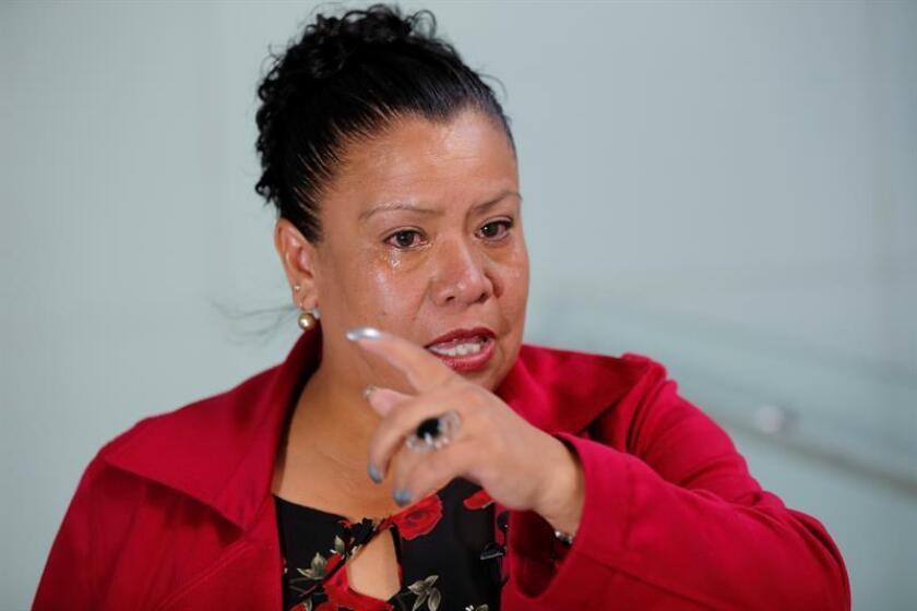Fotografía del 16 de enero de 2018, de la señora Patricia Manzanares, madre del agente desaparecido Juan Hernández Manzanares, durante una entrevista con Efe en el Museo de la Memoria y Tolerancia, en Ciudad de México (México). EFE