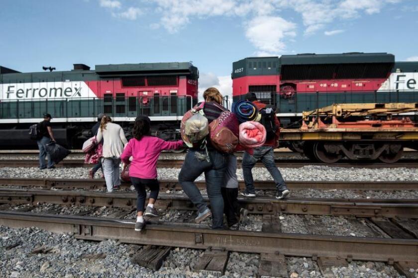 """Familias de migrantes centroamericanos intentan subirse al tren la """"Bestía""""s a las afueras de la ciudad de Saltillo, en el estado de Coahuila (México) a la espera de llegar a la frontera estadounidense. EFE/ Miguel Sierra/Archivo"""