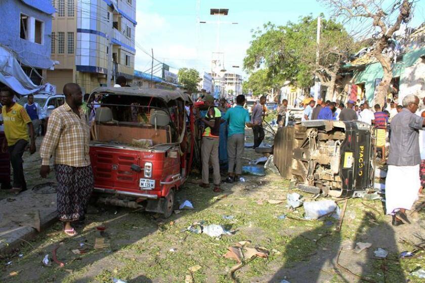 Vista de una de las calles de la ciudad de Mogadiscio tras un atentado con coche bomba, en Somalia. EFE/Archivo