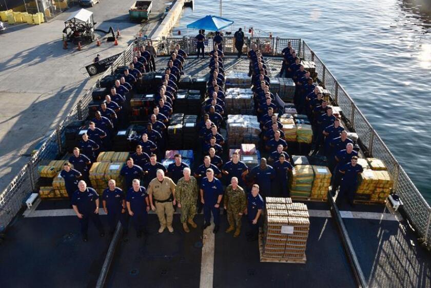 """Fotografía cedida por la Guardia Costera estadounidense donde aparece parte de la tripulación del buque """"Froward"""" (WMEC-911) mientras posa este martes junto a las 15,7 toneladas de cocaína, valoradas en 466 millones de dólares, que fueron interceptadas en varios operativos hechos en aguas del este del Pacífico, en el puerto de Everglades, sur de Florida (EE.UU.). El cargamento presentado es resultado de 21 decomisos hechos por seis patrullas de la Guardia Costera en aguas del Pacífico, concretamente en zonas cercanas a las costas de México, Centroamérica y Sudamérica, señaló esta institución en un comunicado. EFE/Brandon Murray/Guardia Costera EE.UU./SOLO USO EDITORIAL/NO VENTAS"""